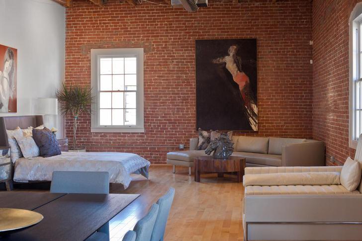 Стены из кирпича, строгие геометрические линии мебели, спокойная цветовая гамма свидетельствуют о присутствии стиля лофт.