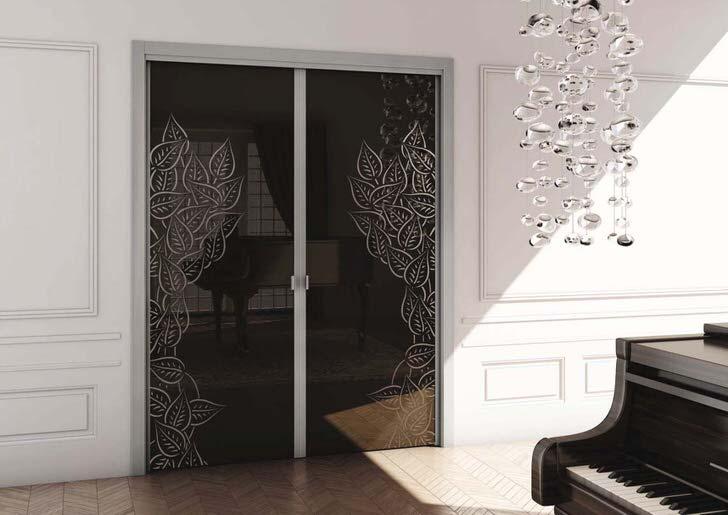 Двустворчатые межкомнатные двери из закаленного стекла оформлены в стиле модерн.