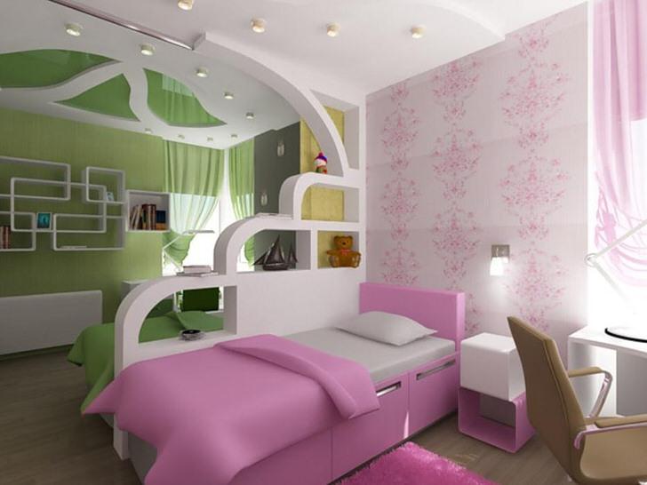 Детская комната для брата и сестры разделена на две зоны при помощи декоративной стенки из гипсокартона.