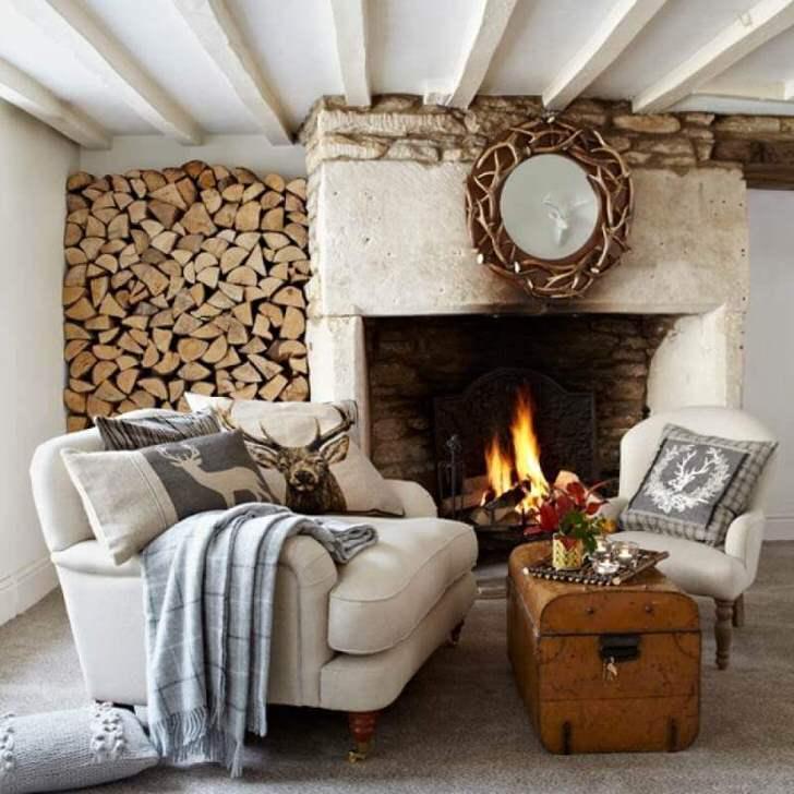 Стильный интерьер мансарды в стиле шале оформлен в светлых тонах. Отслеживаются нотки сдержанного скандинавского стиля.