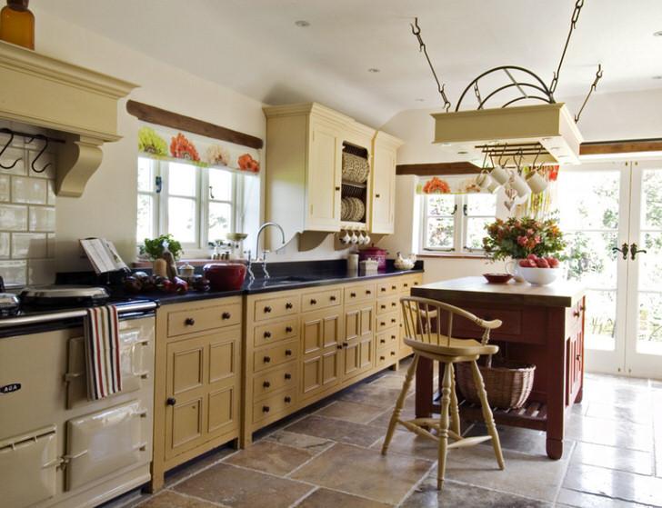 Просторная, светлая кухня в деревенском стиле в загородном доме французской семьи.