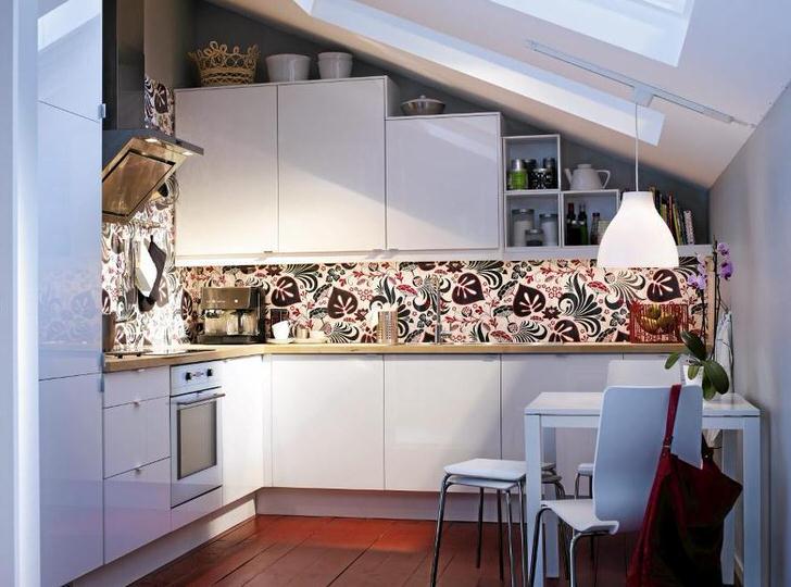 Современная встраиваемая техника гармонично вписывается в общий дизайн кухни. Лаконичное оформление небольшого пространства на мансардном этаже оформлено в строгом соответствии с требованиями скандинавского стиля.