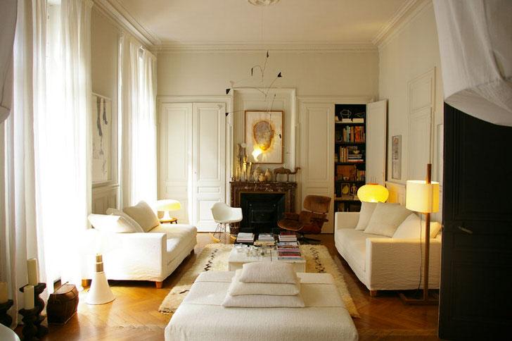 """Французский стиль """"любит"""" много солнечного света, поэтому большие окна завешены полупрозрачными белыми занавесками."""