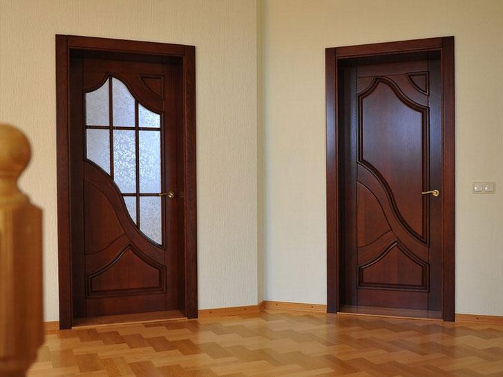 Двери в стиле модерн в холле загородного дома. Одни ведут в гостиную, другие - в ванную комнату.