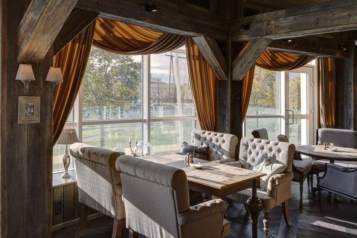 Для декора столовой  используются лаконичные ламбрекены коричневого цвета.