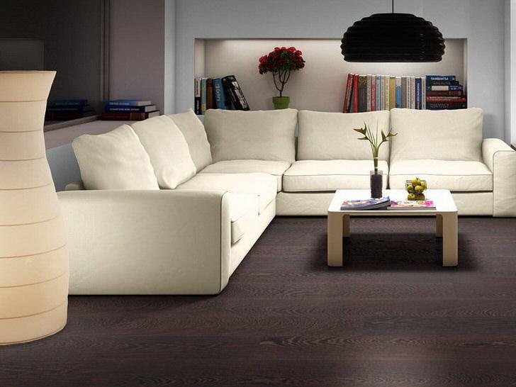 Гостиная в стиле венге с белым мягким диваном в Испании в доме художника.