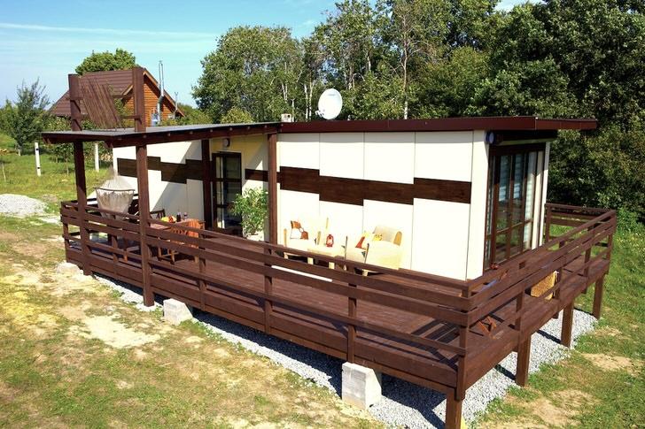 Необычный модульный домик за городом подходит для отдыха в летнее время года и зимнее.