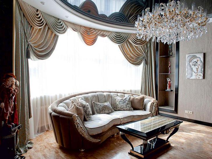 Стильная гостиная с большим окном