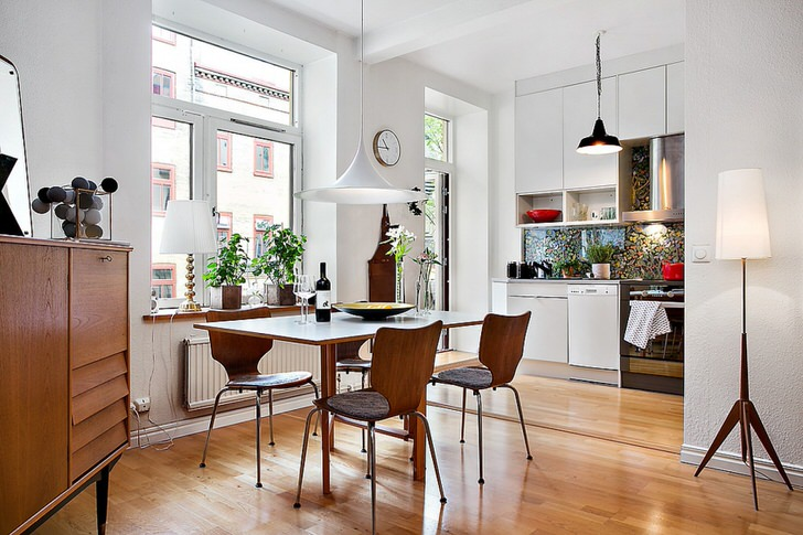 Мебель из натурального дерева, светлая паркетная доска, белая отделка стен свидетельствуют о присутствии скандинавского стиля в интерьере.