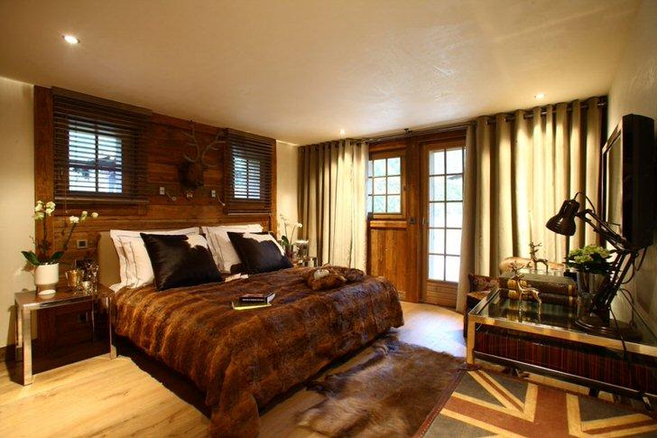 В большей степени для отделки спальни использовалось дерево благородного темно-коричневого цвета.