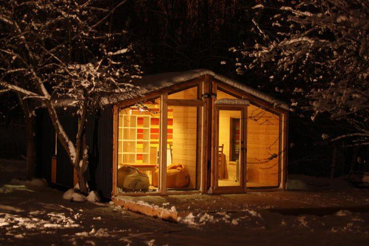 Сказочный дом на заснеженной опушке леса. Преимуществом модульного дома его практичность и функциональность.
