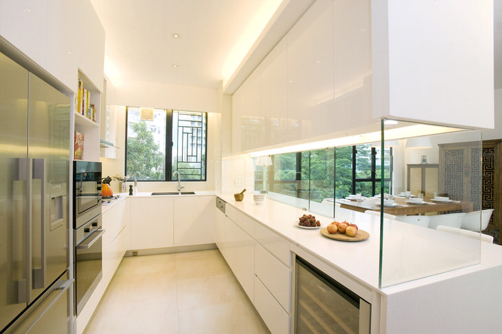 Кухню от гостиной отделяет декоративная стена из стекла. Интересное решение для интерьера в стиле хай так.