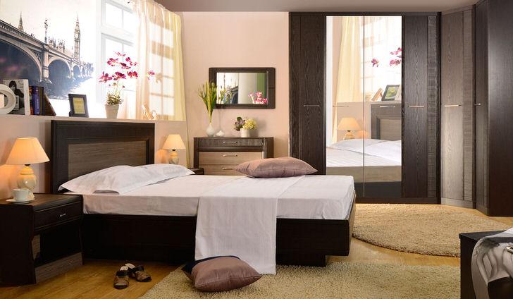 В центре дизайнерской композиции находится кровать венге с высоким изголовьем. Отличное решение для любой современной спальни.
