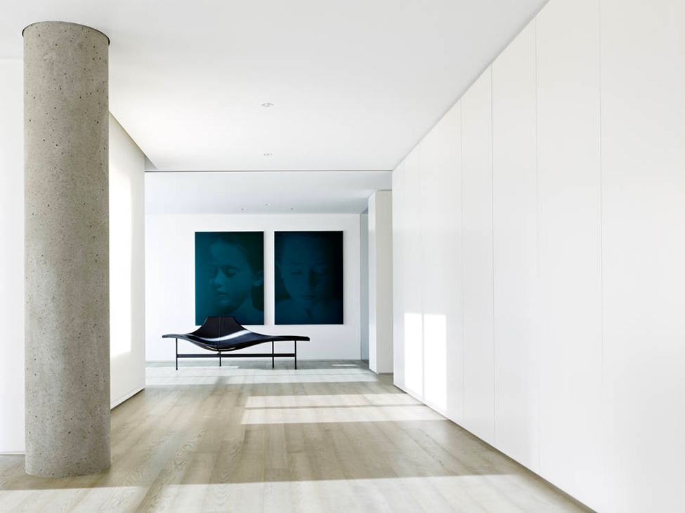Яркий пример минималистического дизайна холла в загородном особняке.