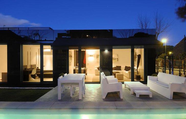 Стильный дизайн модульного дома органично смотрится с правильно оформленным двором.