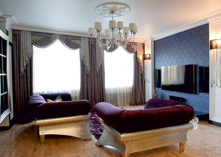 Небольшая гостиная с двумя большими окнами