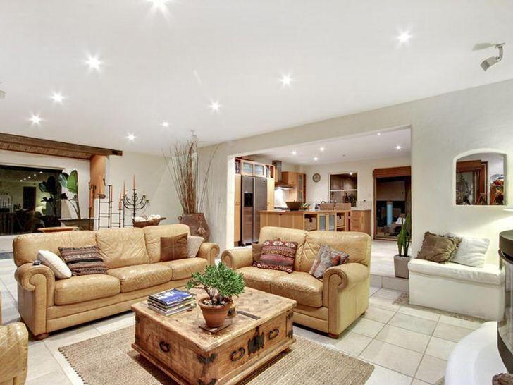 Роскошный, стильный интерьер гостиной в средиземноморском стиле. Мягкая, светло-бежевая мебель, правильно подобранное освещение, кафельный пол - свидетельствую о средиземноморском стиле.