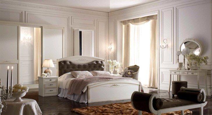 Для обустройства спальни в стиле арт деко использовалась модульная мебель. Кровать с мягким изголовьем стоит в центре композиции.