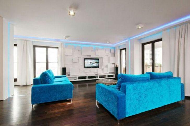 Необычное решение для дизайна гостиной в средиземноморском стиле - использование металлических хромированных элементов.