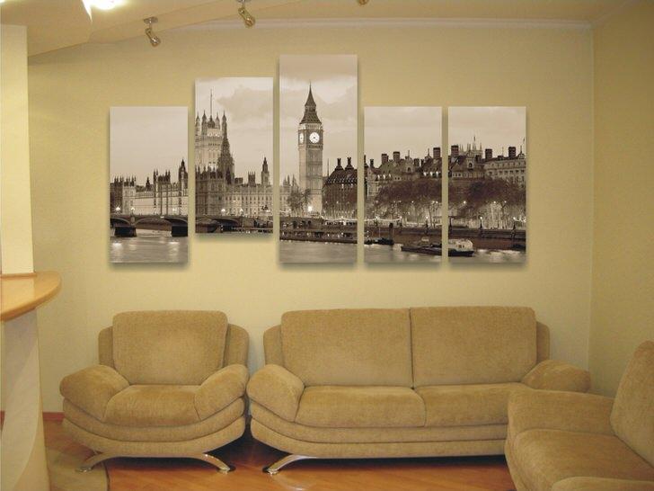 Модульные картины в изображением городов занимают второе место по популярности. Скромный холл декорирован правильно, картина визуально удлиняет стену, делая помещение визуально более просторным.