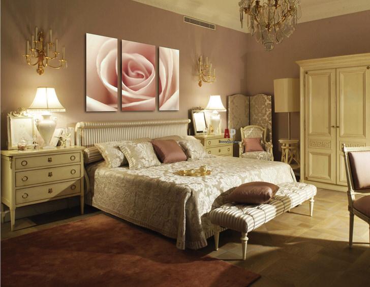 Бутон бледно-розовой розы на модульных картинах дополняет роскошный интерьер спальни в стиле арт деко.