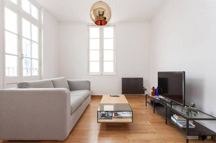 Небольшой диван в стиле хай тек подойдет также для оформления интерьера в стиле минимализм или арт деко.