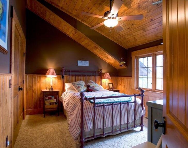 Спальня для гостей на мансардном этаже в стиле шале просторна и не заставлена лишними декоративными элементами.