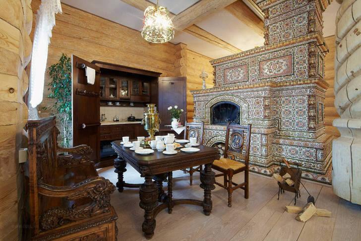 Изразцовый камин органично смотрится на кухне в деревенском стиле.