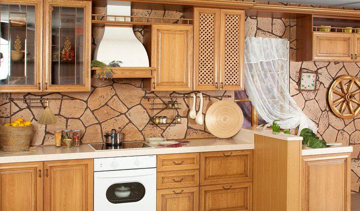 В соответствии с деревенским стилем для отделки стен использовался природный камень. Встроенная техника, несмотря на общую стилистику, придает кухне современный, стильный вид.