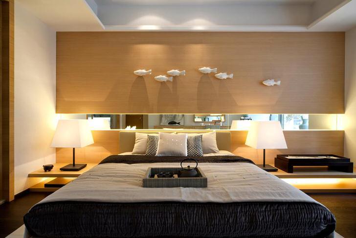 В соответствием со стилем модерн для спальни была подобрана лаконичная мебель из светлого дерева. Скромное оформление спальни не делает интерьер дешевым и невзрачным.