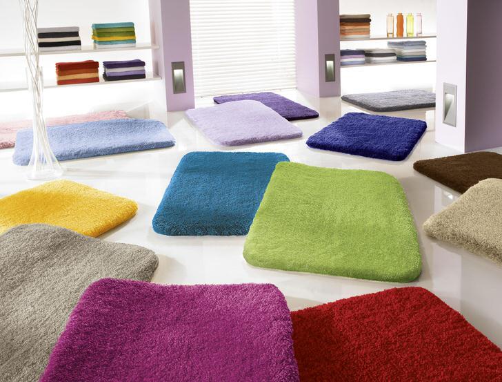 Универсальный дизайн коврика для ванной с высоким ворсом делает возможным его использование в любой ванной комнате. Главное, правильно определиться с цветом.