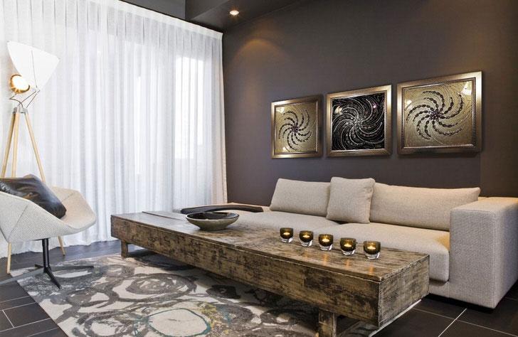 Гостевая комната в стиле арт деко декорирована модульными картинами, на которых изображены своеобразные подобия солнца.