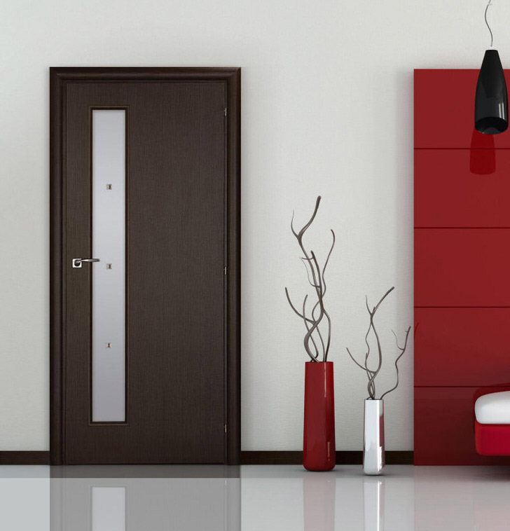 Двери в стиле венге выгодно смотрятся с полупрозрачным матовым стеклом.