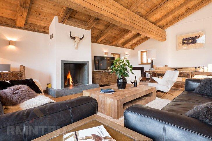 Идеальный вариант подбора мебели для гостевой комнаты в стиле шале. Мягкие кожаные диваны органично сочетаются с деревянной мебелью.