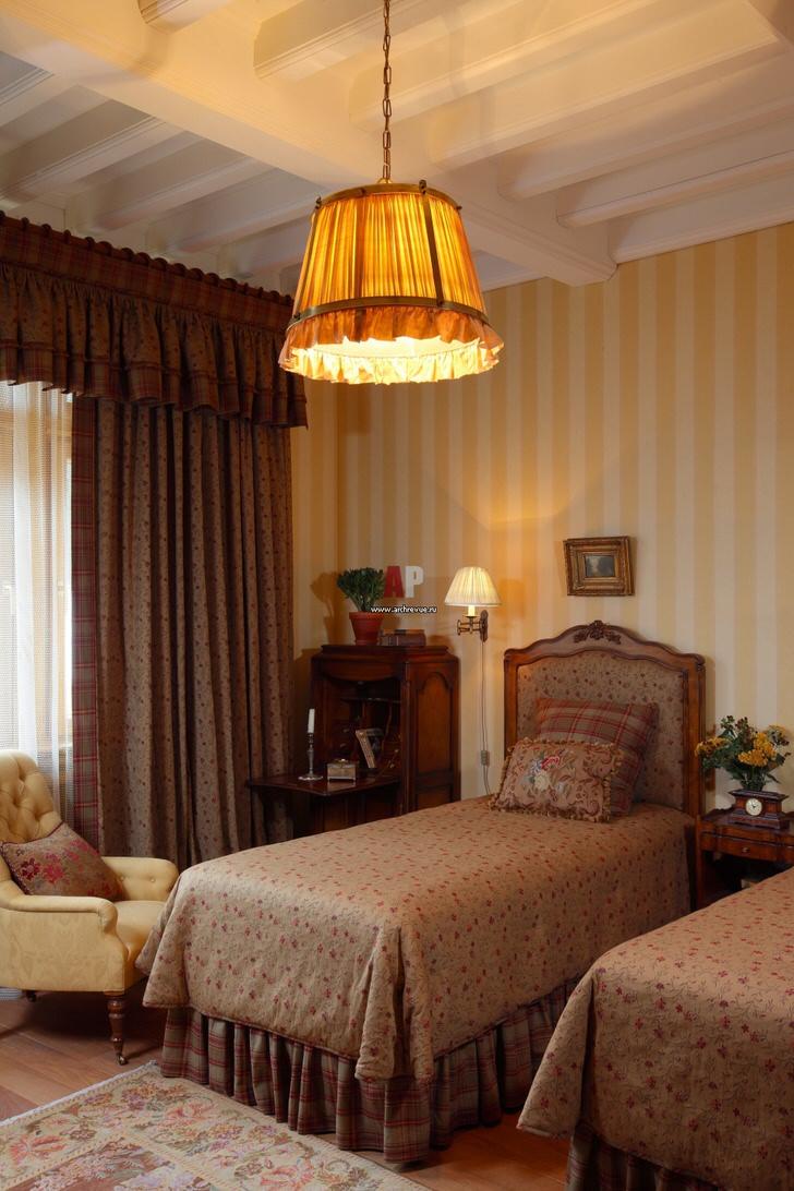 Спальня для сестер-подростков в английском стиле - сдержанная роскошь для настоящих принцесс.