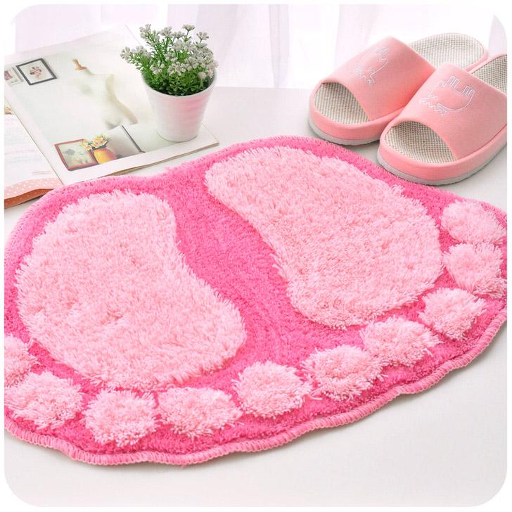 Необычный, креативный коврик для ванной выполнен в виде отпечатков стоп снежного человека. Идеальное решение для квартиры, где живет ребенок.
