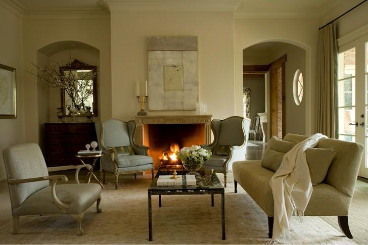 Одним из элементов интерьера, предпочтительным для оформления комнаты в французском стиле, является камин. Дровяной камин в элегантной панели станет не только изысканной декоративной деталью, но и элементом отопительной системы в холодное время года.