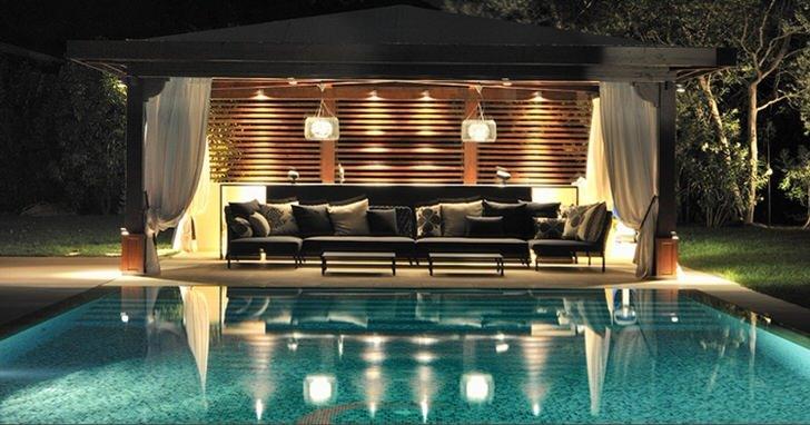 Беседка в стиле хай тек у бассейна - комфортный отдых в современном интерьере.