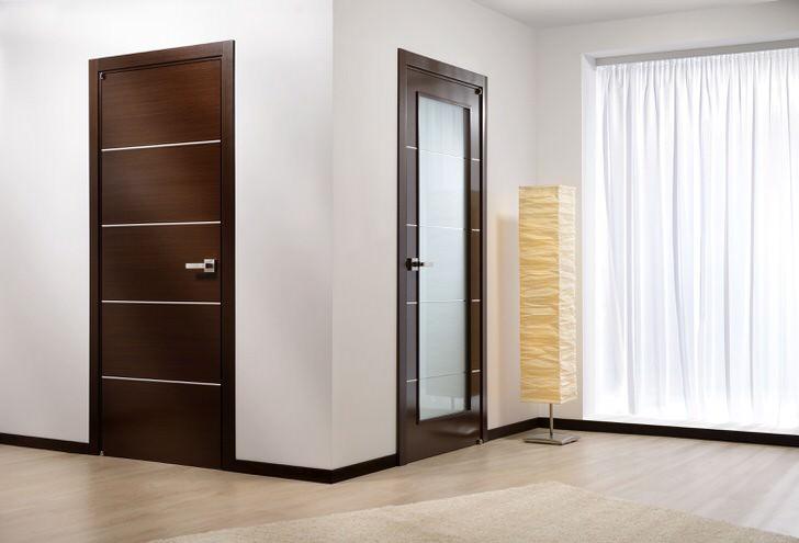 Пример дверей для оформления гостиной венге. Глухие двери и двери со стеклом выполнены в одном стиле.