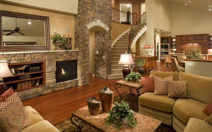 Панель камина из природного камня стильно смотрится в гостевой комнате в стиле шале.