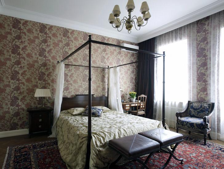 Спальня супругов в английском стиле обставлена соответствующим образом. Кровать накрывает легкий балдахин из полупрозрачной ткани.