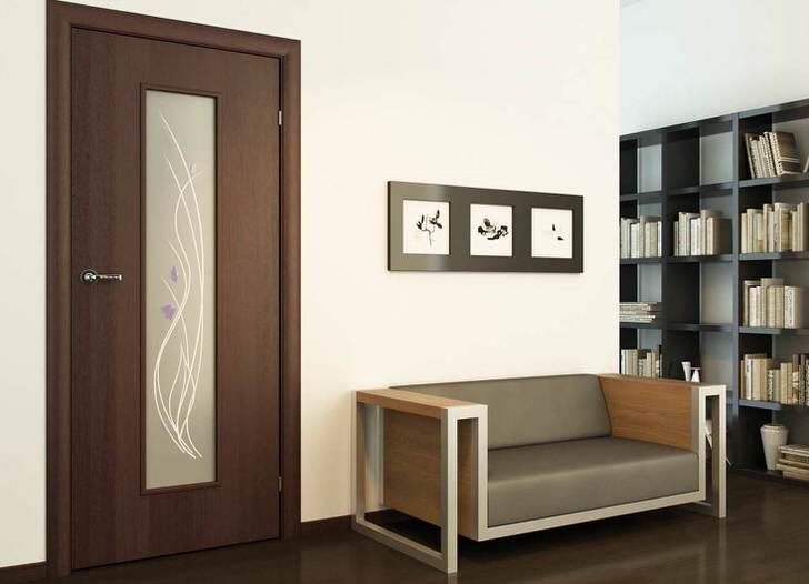 Нежный рисунок на матовом стекле становится необычным украшением двери цвета венге.