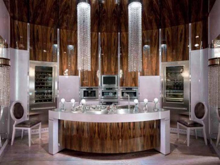 Потолочные люстры в стиле арт деко изготовлены из мелких хрустальных бусин.