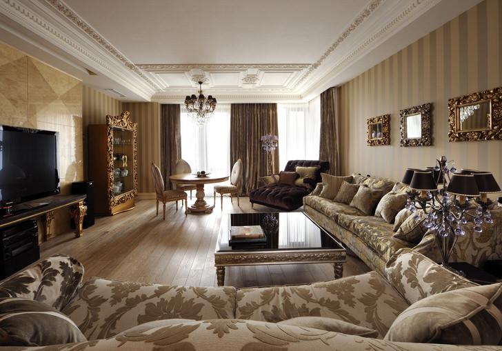 Благородный, гламурный и пафосный стиль арт деко был использован для создания интерьера крупногабаритной гостиной.