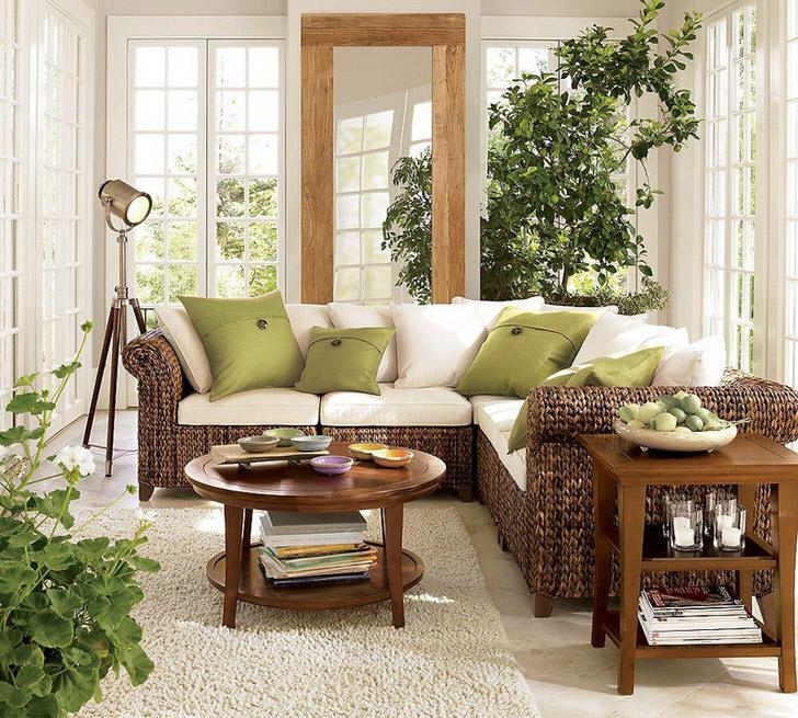 Большие окна с деревянными рамами пропускают в гостиную в эко стиле достаточное количество солнечного света, который должен преобладать в комнате.