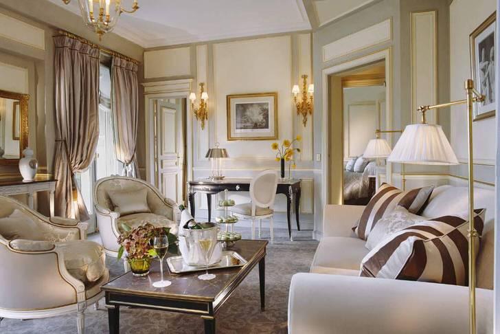 Небольшая комната для гостей оформлена в соответствии с требованиями французского стиля. Удачный пример освещения для гостиной.