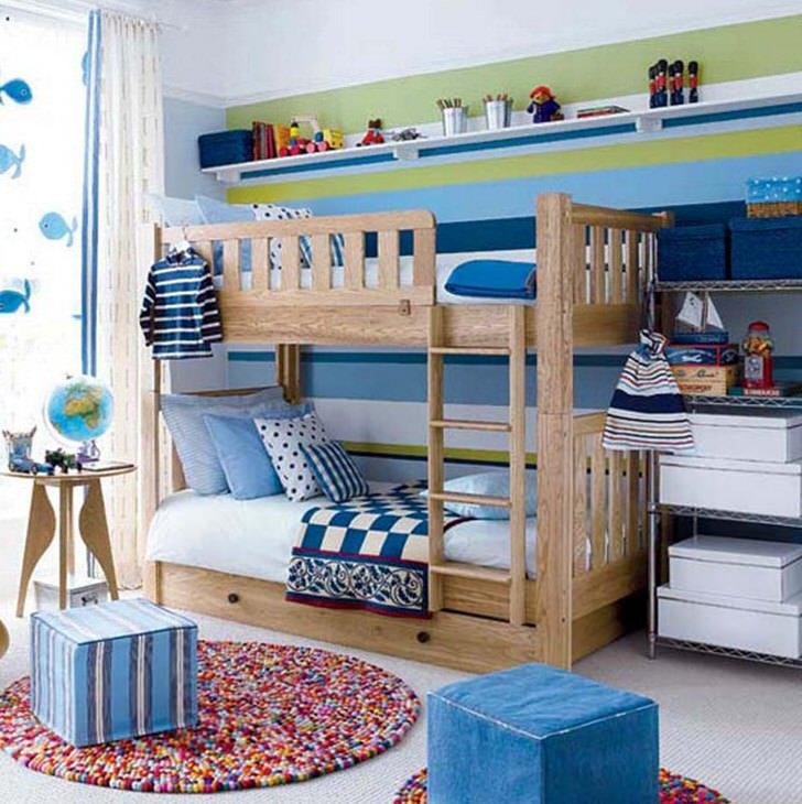 Небольшая детская комната для мальчиков оформлена в скандинавском стиле.