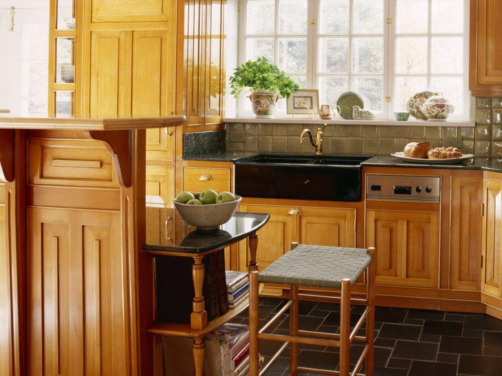 Для квадратных кухонь лучше всего выбрать кухонный гарнитур из дерева L-образной формы.