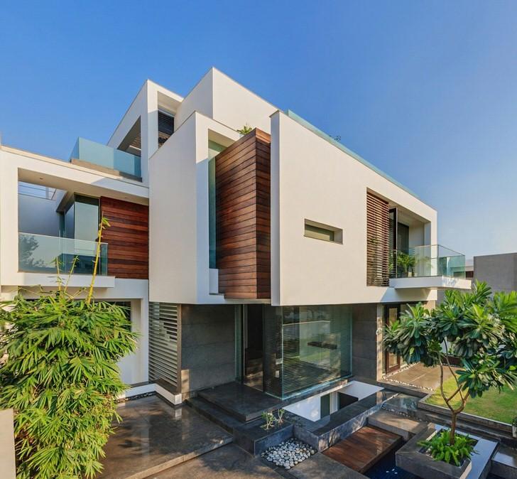 Фасад здания украшен элементами из дерева, что не свойственно стилю хай тек.