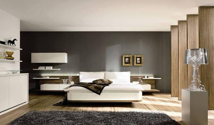 Просторная и светлая спальная комната оформлена в соответствии со стилем минимализм. Поэтому интерьер максимально прост, лаконичен и функционален.